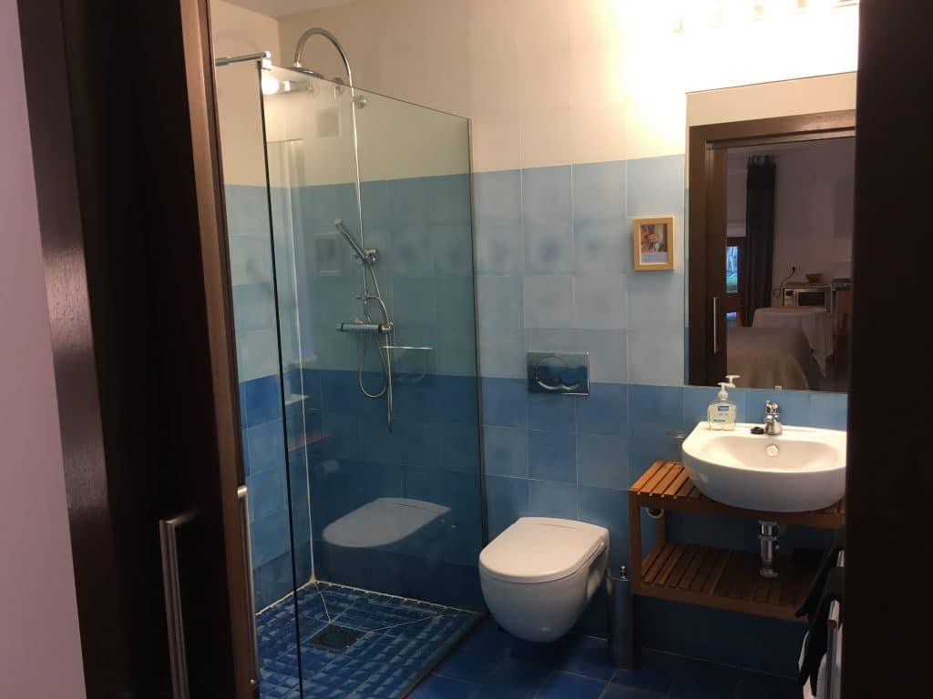 Ground floor studio. Bathroom.
